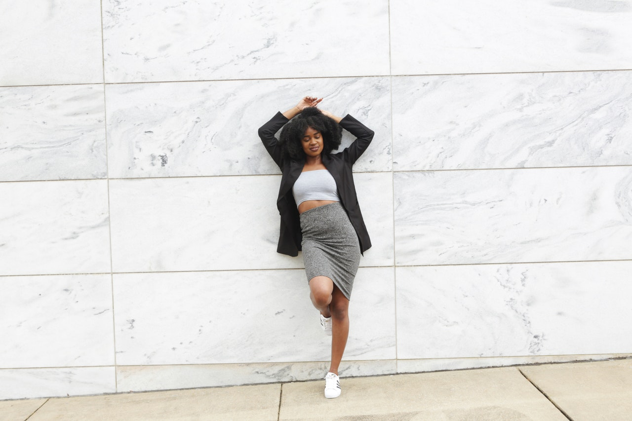 sanity look with a skirt and sneakers combo